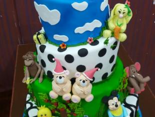 animals-figurines-theme-cake